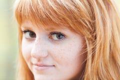 Mujer joven hermosa del adolescente del redhead Foto de archivo libre de regalías