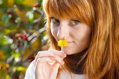 Mujer joven hermosa del adolescente del redhead Fotos de archivo libres de regalías