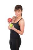 Mujer joven hermosa del deporte con la manzana roja y verde, aislada en blanco Imagenes de archivo