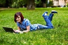 Mujer joven hermosa del freelancer que usa el ordenador portátil Fotografía de archivo