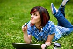 Mujer joven hermosa del freelancer que usa el ordenador portátil Imagen de archivo