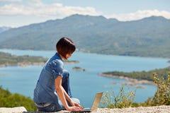 Mujer joven hermosa del freelancer que usa el ordenador portátil Foto de archivo libre de regalías
