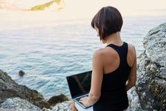 Mujer joven hermosa del freelancer que usa el ordenador portátil Imágenes de archivo libres de regalías