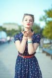 Mujer joven hermosa del inconformista en el estilo de los años 50 que envía beso Foto de archivo libre de regalías