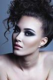 Mujer joven hermosa del peinado rizado del encanto Piel perfecta Fotografía de archivo libre de regalías