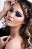 Mujer joven hermosa del peinado rizado del encanto Piel perfecta Foto de archivo