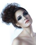 Mujer joven hermosa del peinado rizado del encanto Piel perfecta Fotos de archivo libres de regalías