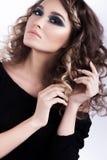 Mujer joven hermosa del peinado rizado del encanto Piel perfecta Imagen de archivo libre de regalías