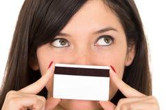 Mujer joven hermosa del primer que sostiene la tarjeta de crédito Foto de archivo libre de regalías