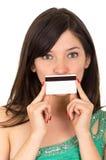 Mujer joven hermosa del primer que sostiene la tarjeta de crédito Foto de archivo