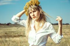 Mujer joven hermosa del retrato con el pelo y la guirnalda largos rubios imagen de archivo libre de regalías