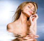 Mujer joven hermosa del retrato en el agua Fotos de archivo libres de regalías