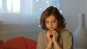 Mujer joven hermosa deprimida triste que llora en dormitorio en casa almacen de video