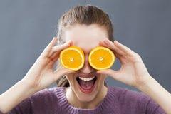 Mujer joven hermosa divertida para la mirada radiante o las vitaminas burbujeantes Imagen de archivo