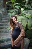 Mujer joven hermosa embarazada feliz y joven en rebeca fotos de archivo
