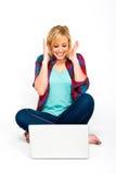 Mujer joven hermosa emocionada con la computadora portátil Fotos de archivo libres de regalías