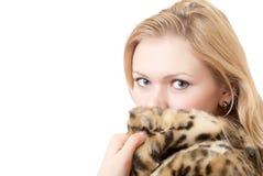 Mujer joven hermosa en abrigo de pieles del leopardo Fotografía de archivo