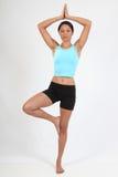 Mujer joven hermosa en actitud del árbol durante yoga Imágenes de archivo libres de regalías