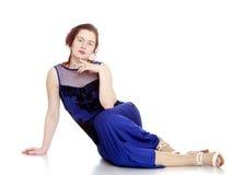 Mujer joven hermosa en alineada azul Fotografía de archivo libre de regalías