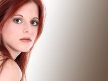 Mujer joven hermosa en alineada del terciopelo Fotos de archivo