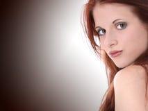 Mujer joven hermosa en alineada del terciopelo imagenes de archivo