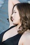 Mujer joven hermosa en alineada negra Fotografía de archivo