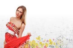 Mujer joven hermosa en alineada roja Fotografía de archivo libre de regalías