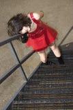 Mujer joven hermosa en alineada roja del vinilo en escape de fuego Imagen de archivo libre de regalías
