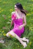 Mujer joven hermosa en alineada rosada en hierba verde Fotografía de archivo libre de regalías
