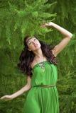Mujer joven hermosa en alineada verde foto de archivo libre de regalías