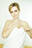 Mujer joven hermosa en balneario Imagen de archivo