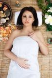 Mujer joven hermosa en balneario de la salud Fotos de archivo