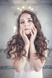 Mujer joven hermosa en bata de casa pasada de moda Imagenes de archivo