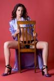 Mujer joven hermosa en bata de casa púrpura Imágenes de archivo libres de regalías