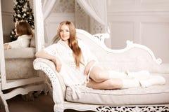 Mujer joven hermosa en blanco cerca del árbol de navidad Beautifu Imagenes de archivo
