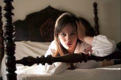 Mujer joven hermosa en cama Imagenes de archivo