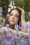 Mujer joven hermosa en campo de flor Imágenes de archivo libres de regalías