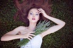 Mujer joven hermosa en campo de la lavanda Imagen de archivo libre de regalías