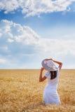 Mujer joven hermosa en campo de trigo perfecto Imagenes de archivo