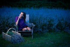 Mujer joven hermosa en campo del lavander en la oscuridad - muchacha del lavanda Imagen de archivo
