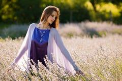 Mujer joven hermosa en campo del lavander - muchacha del lavanda Fotos de archivo libres de regalías