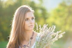 Mujer joven hermosa en campo del lavander - muchacha del lavanda Fotografía de archivo libre de regalías