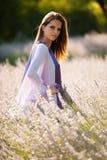 Mujer joven hermosa en campo del lavander - muchacha del lavanda Imagen de archivo