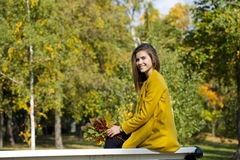 Mujer joven hermosa en capa amarilla Imagen de archivo libre de regalías