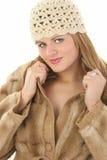 Mujer joven hermosa en capa del invierno del sombrero y de la piel Imágenes de archivo libres de regalías