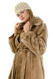 Mujer joven hermosa en capa del invierno del sombrero y de la piel Imagen de archivo