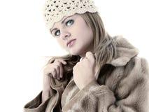 Mujer joven hermosa en capa del invierno del sombrero y de la piel Imagen de archivo libre de regalías