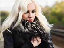 Mujer joven hermosa en chaqueta de la piel Imágenes de archivo libres de regalías