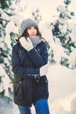 Mujer joven hermosa en chaqueta en día de invierno que nieva Imagen de archivo