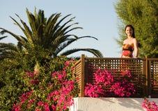 Mujer joven hermosa en el balcón Imagen de archivo libre de regalías